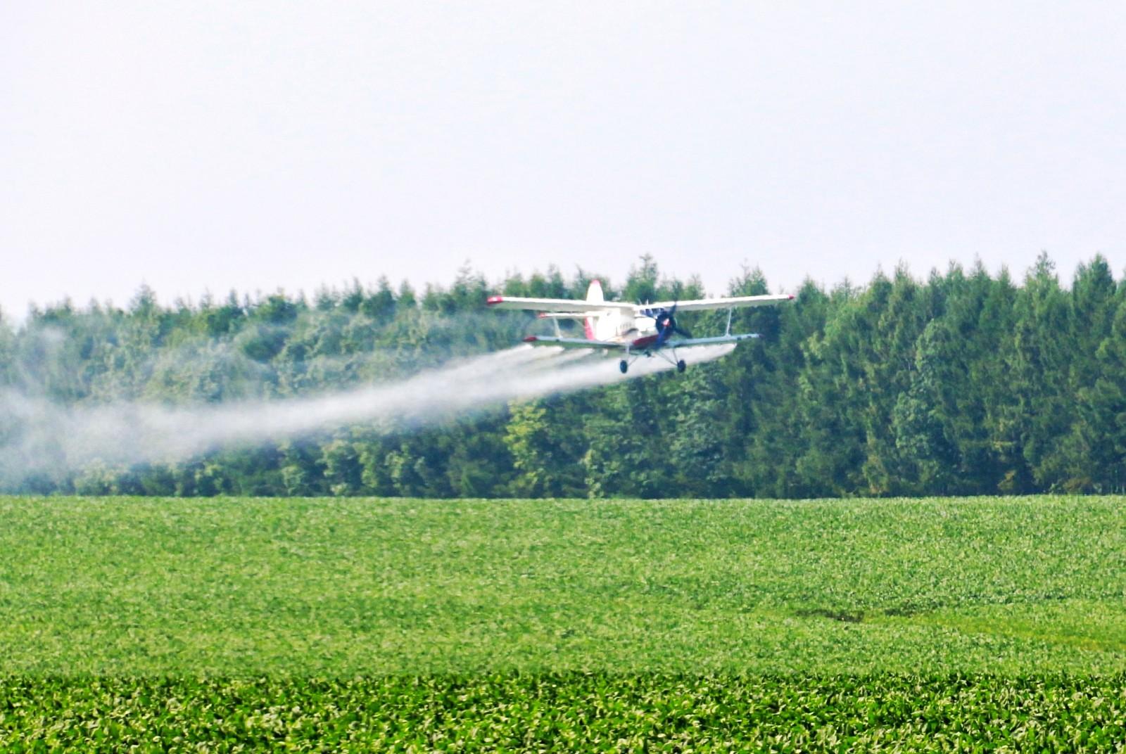 """7月21日,在黑河市五大连池农场一架飞机正在大豆地里低空作业,喷施""""营养液""""。"""