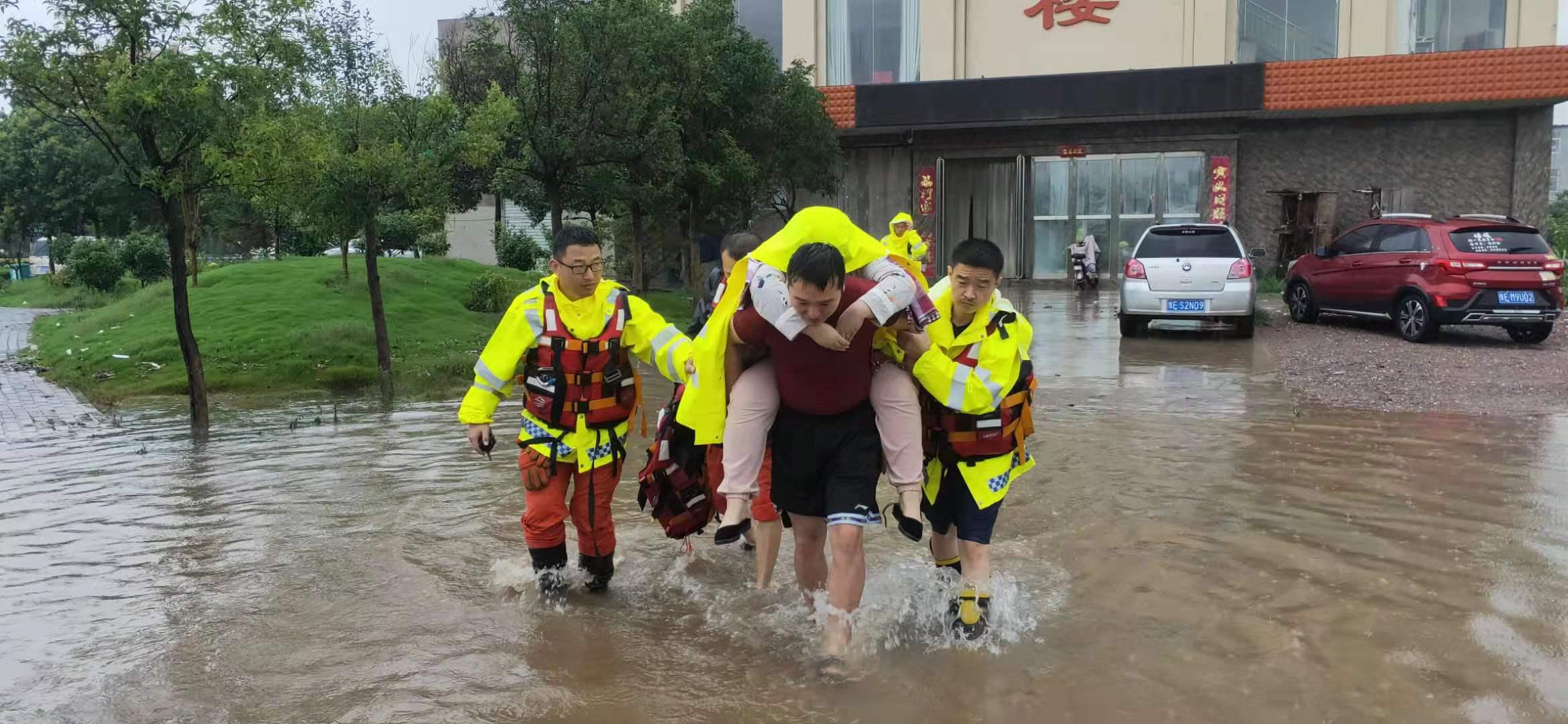安全转移产妇及婴儿。衡水消防支队供图