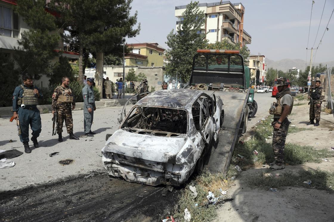 7月20日,在阿富汗喀布尔的袭击现场,一辆汽车的残骸被拖走。新华社 图