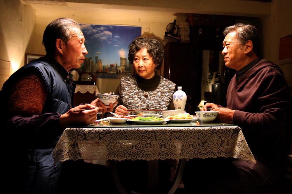《团圆》剧照,徐才根(左)扮演陆善民