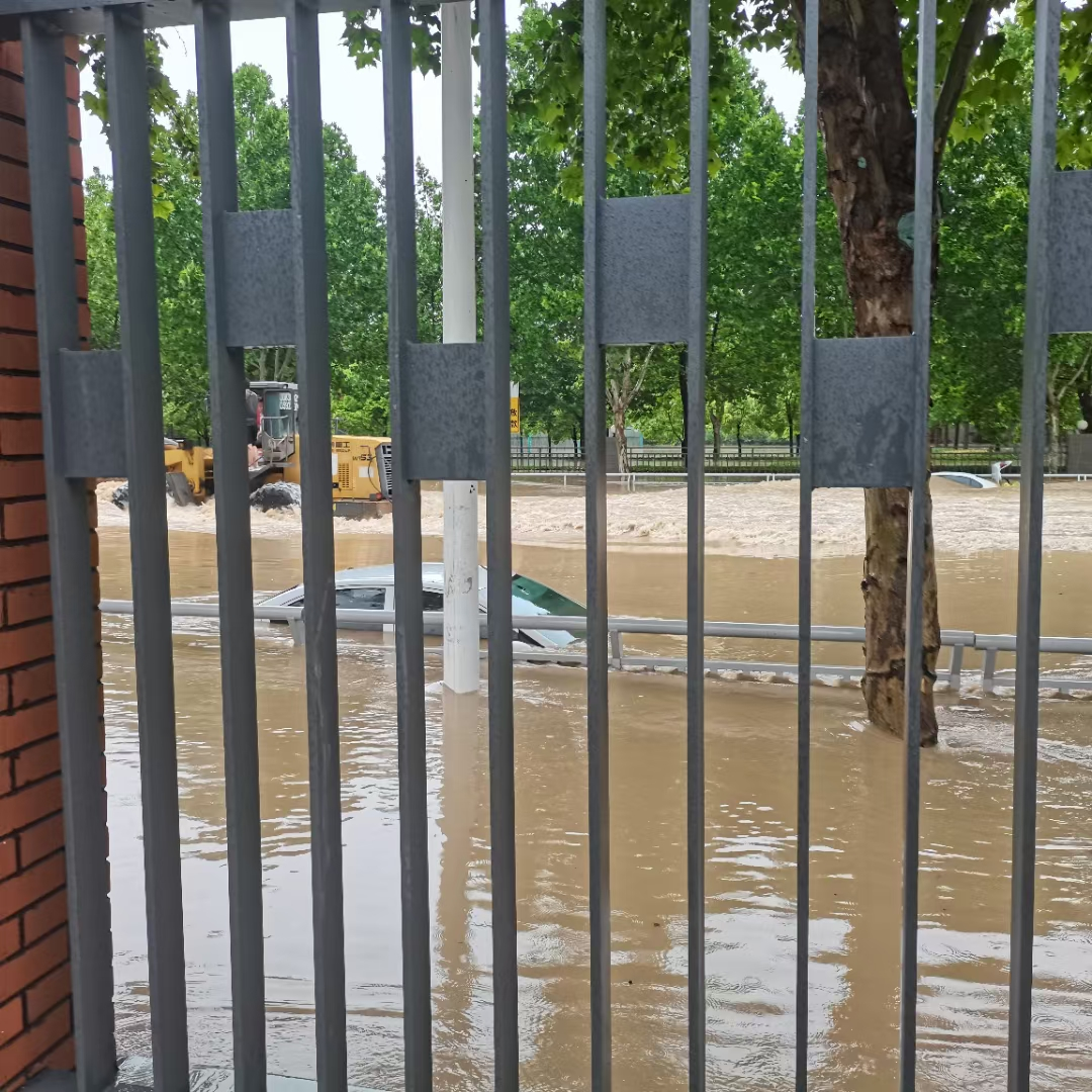 此前该校积水严重,学生无法外出。受访者供图