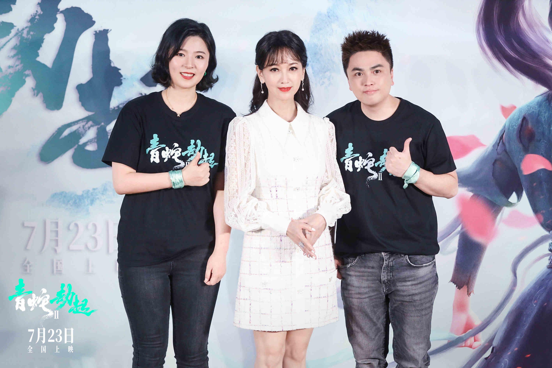 导演黄家康(右)、制片人崔迪,与特邀嘉宾赵雅芝(中)合影。
