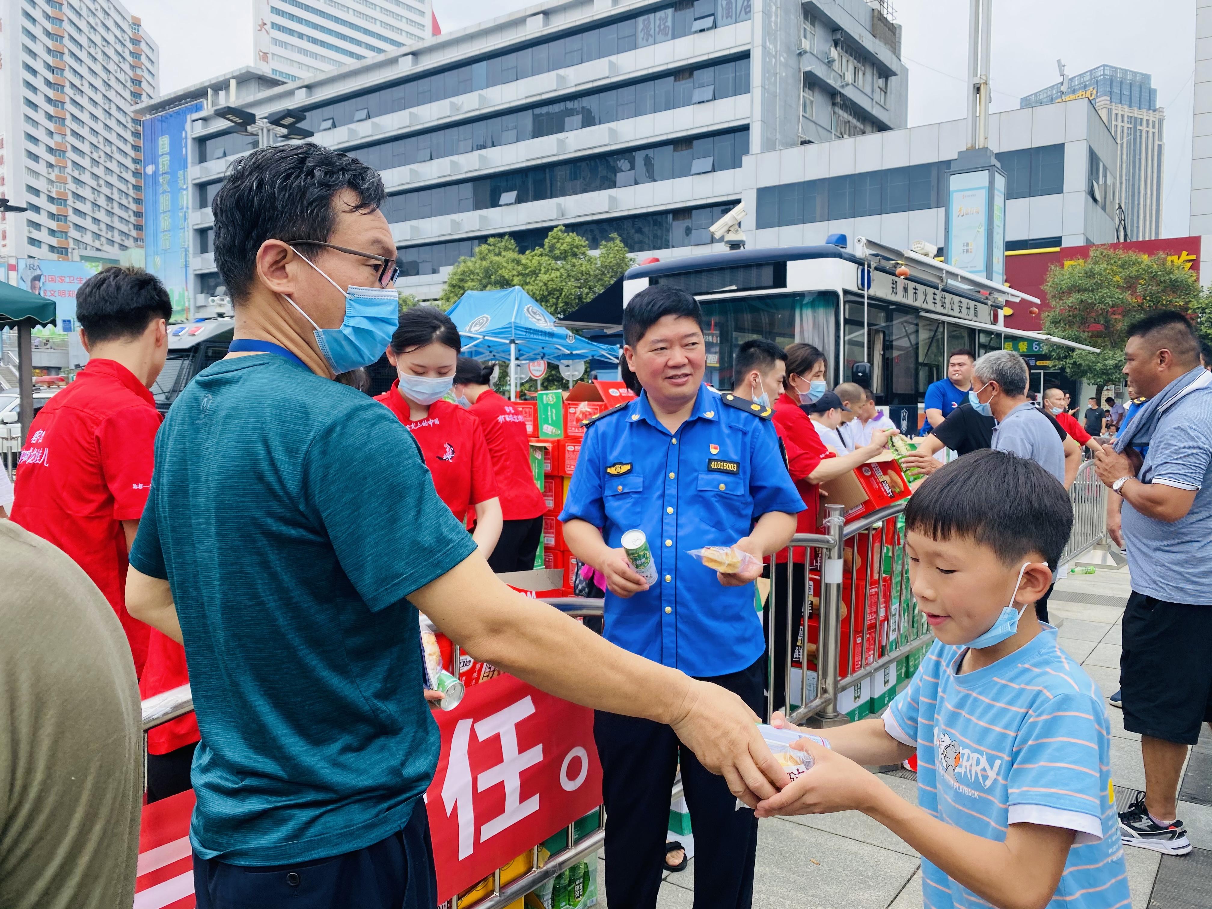 有志愿者在现场为群众发放物资。