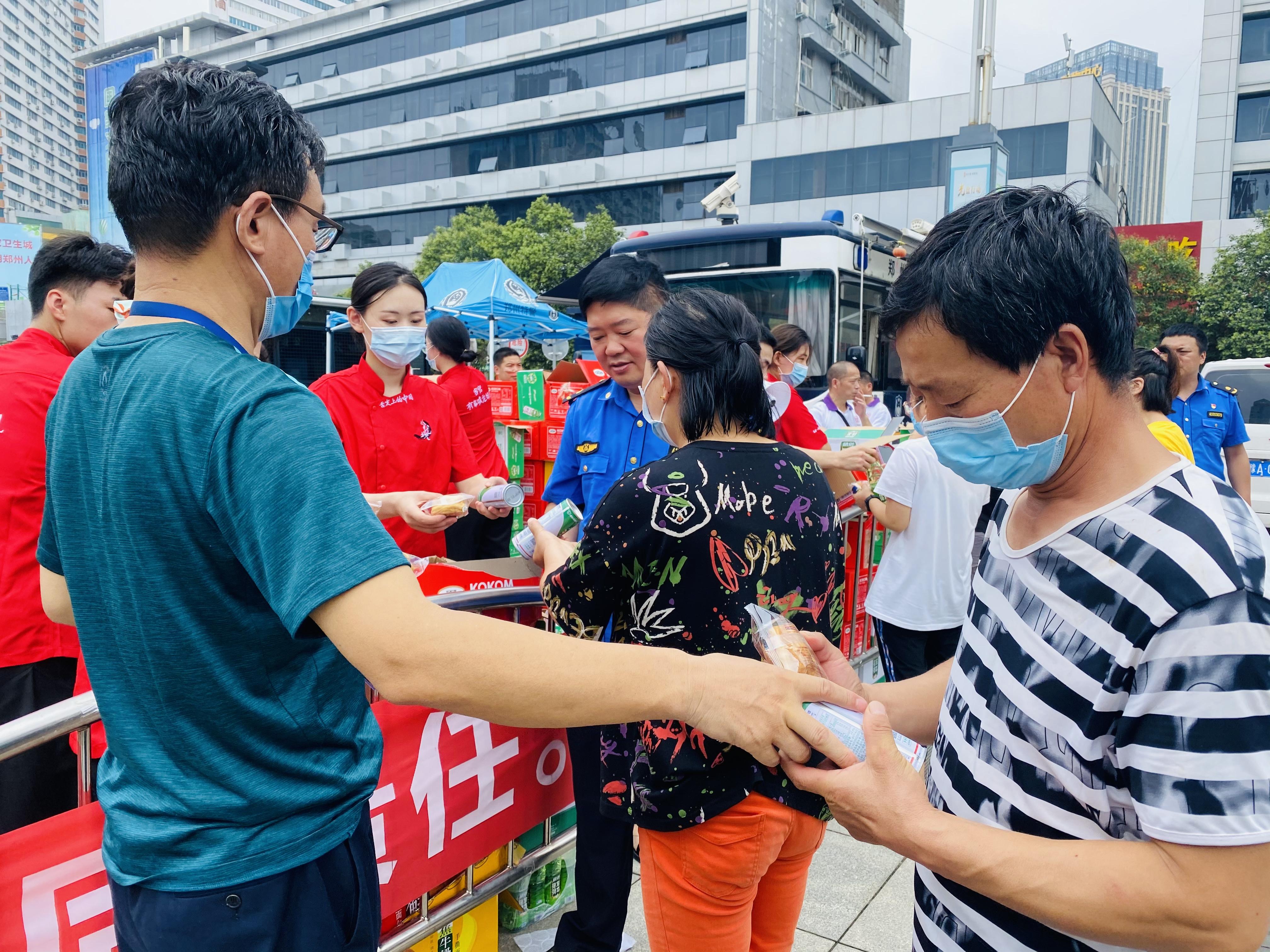 郑州车站仍滞留大量人员