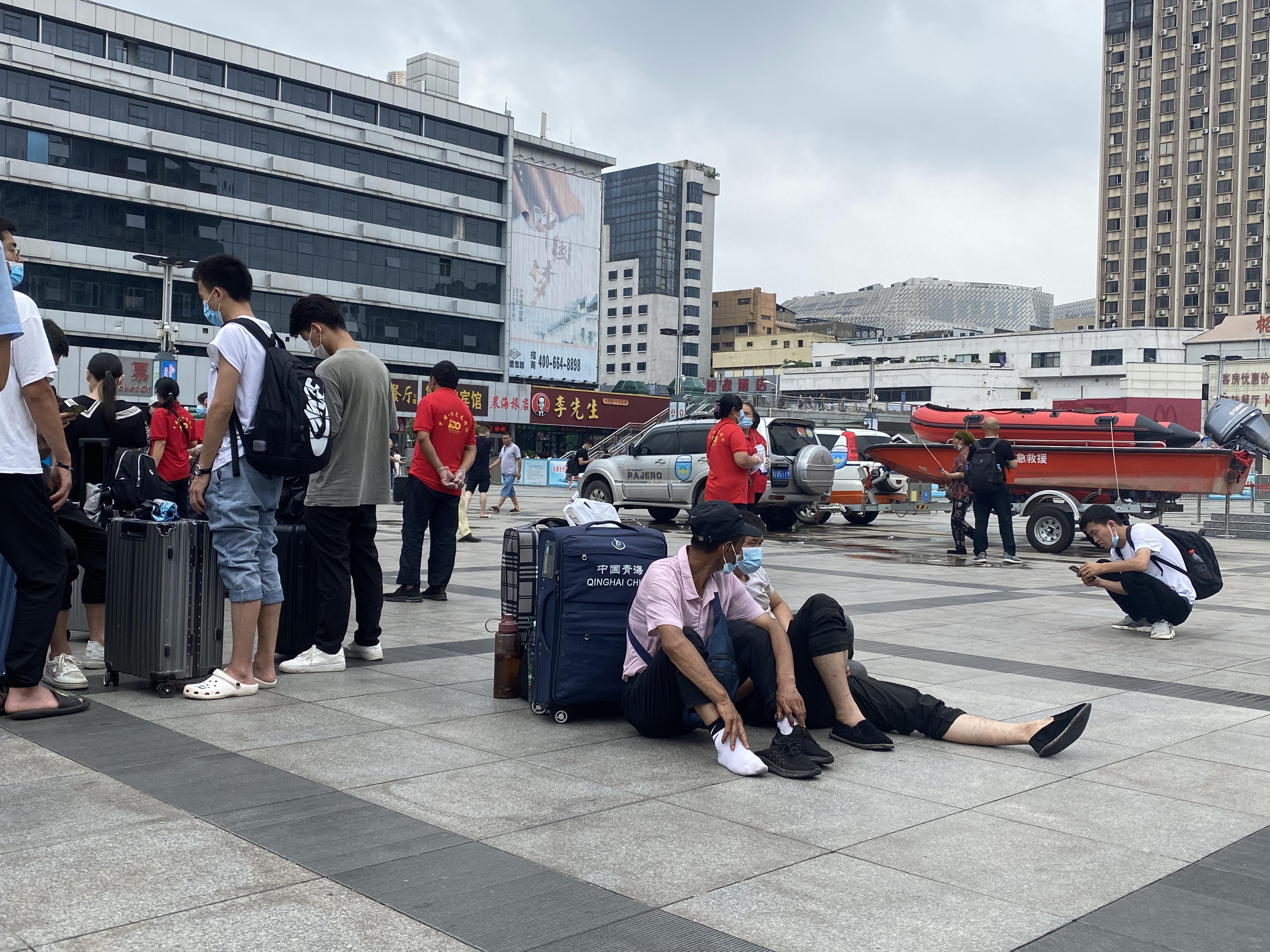 郑州车站仍滞留大量人员。本文图片 记者 薛莎莎 摄