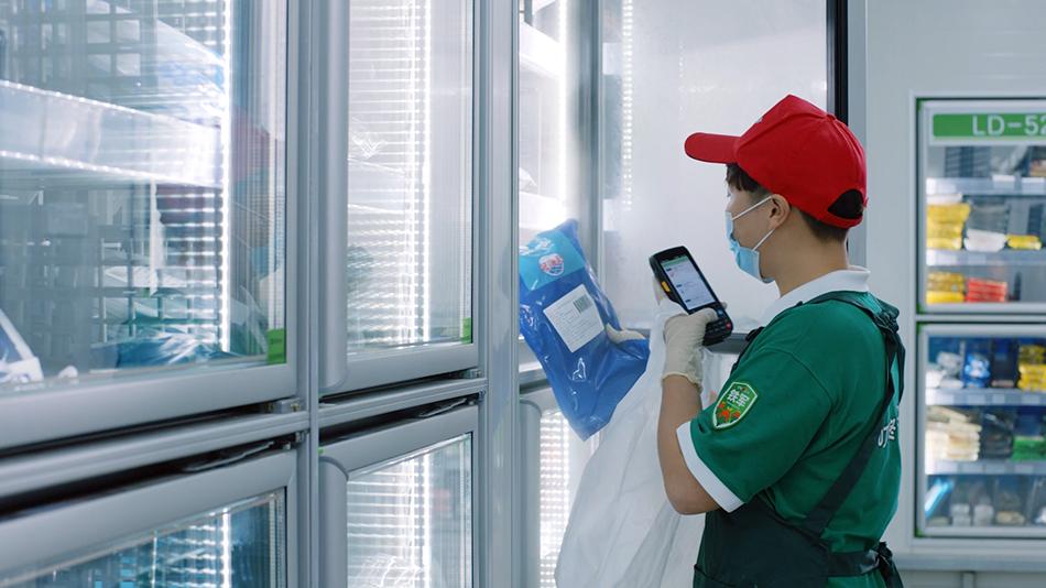 叮咚买菜工作人员确保前置仓生鲜品供应充足 受访者 供图