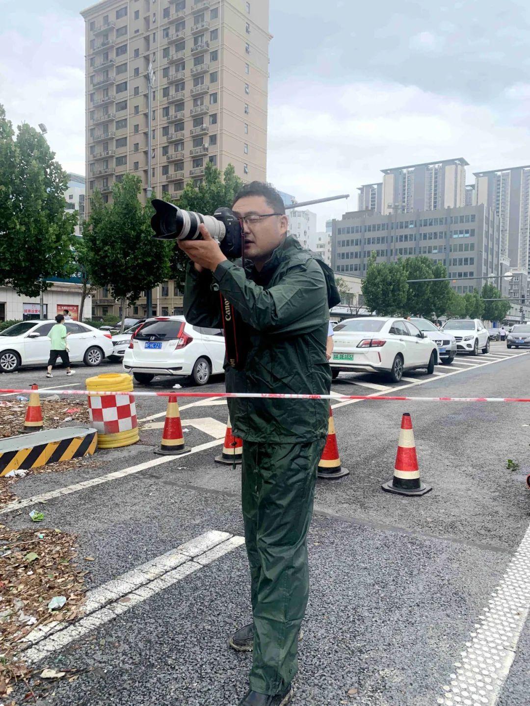 7月21日,人民网记者慎志远在郑州抢险救援现场拍摄。