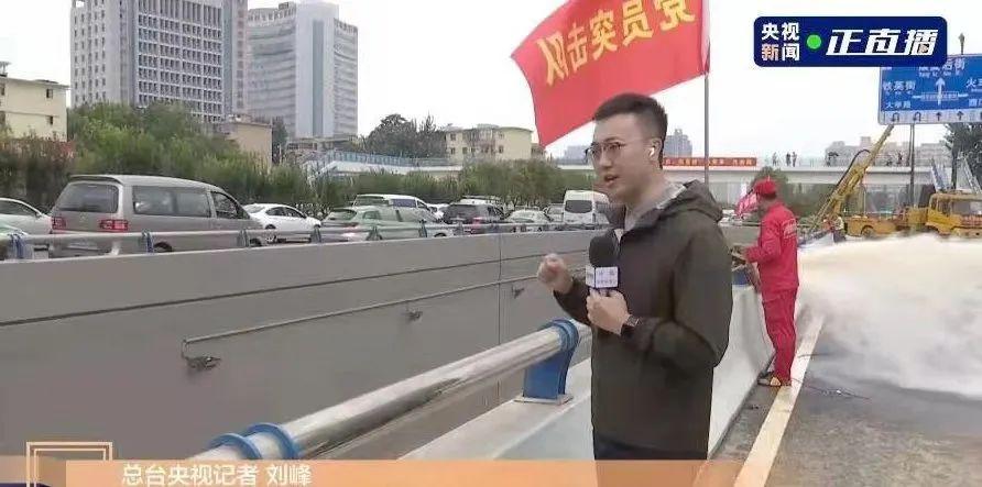 中央广播电视总台央视新闻记者刘峰在郑州街头采访。