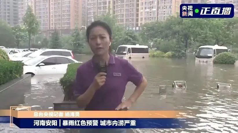 中央广播电视总台记者杨海灵在安阳街头采访。