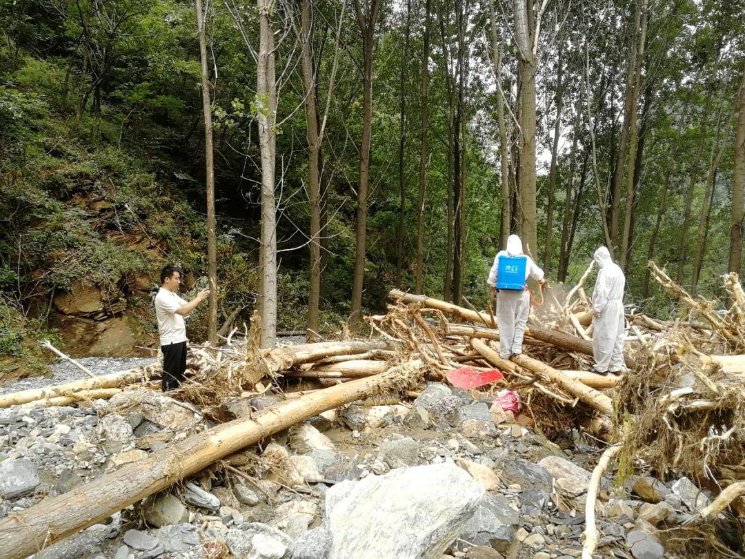 7月16日,河南日报社记者郭北晨(左)在济源采访防汛救灾。