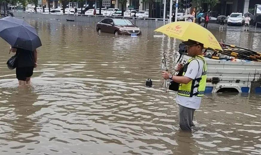 河南法制报社记者李文卿在水中直播采访。