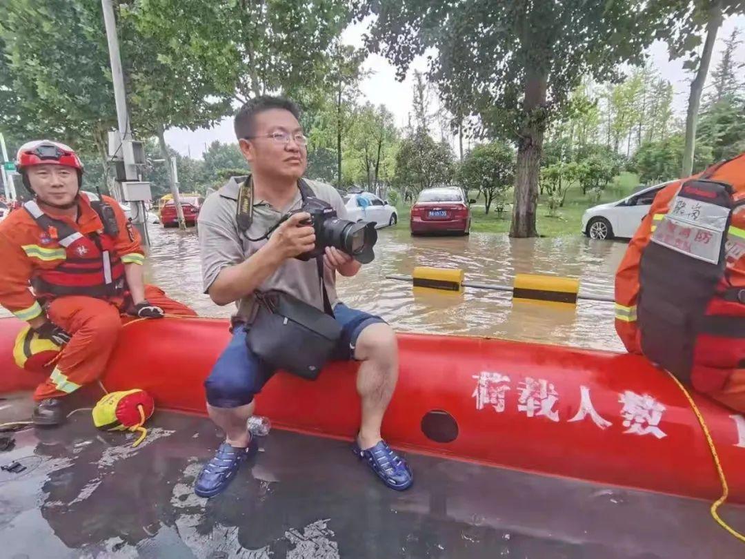 郑州报业集团记者周甬坐冲锋舟在河南省委党校、华中阜外医院一带采访。