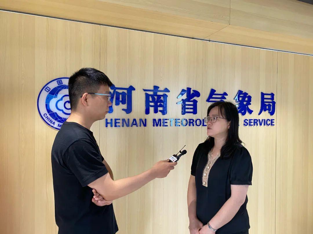 郑州广播电视台记者郝宏杰(左)采访省气象台首席预报员苏爱芳。