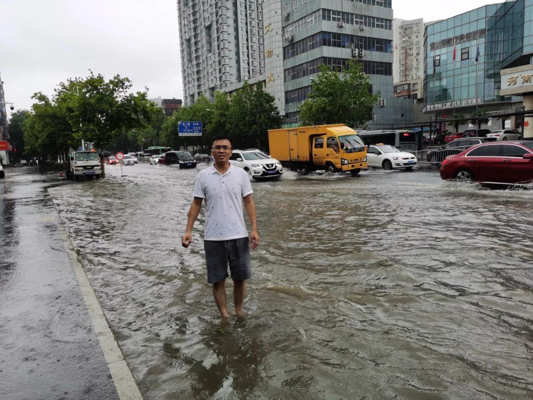 郑州经济广播记者谷瑞阳在金水路民航大酒店前采访。
