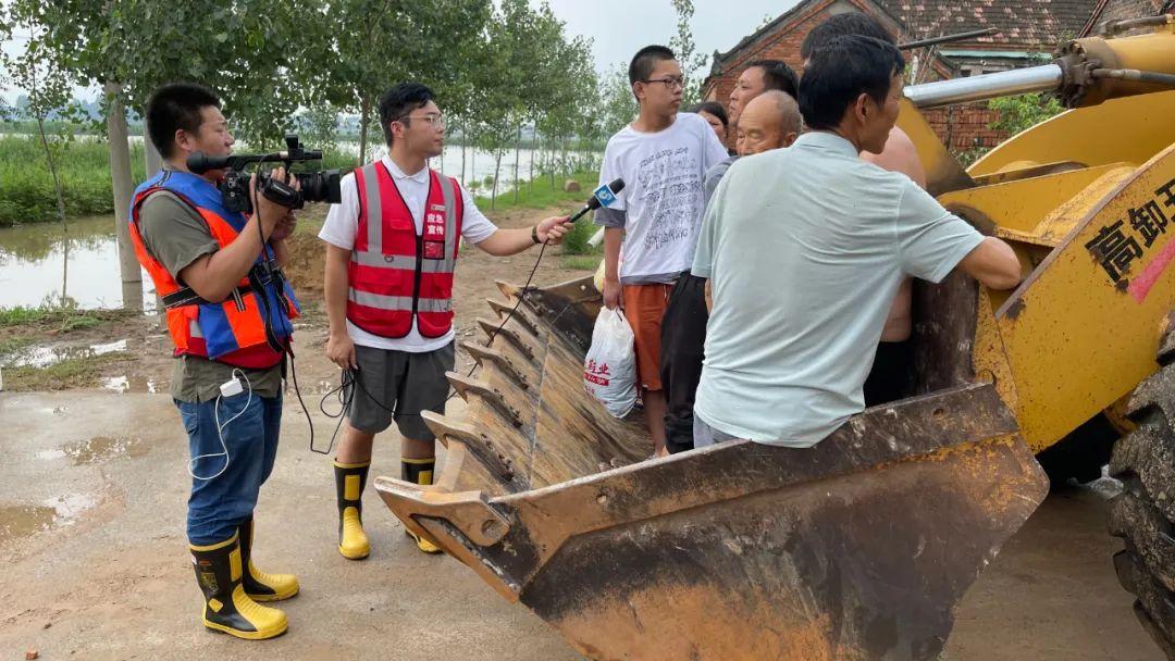 7月22日,闪电新闻记者钱云飞(左一)、于兴涛(左二)在河南开封采访。