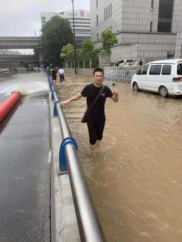 7月22日,湖北日报传媒集团极目新闻记者张皓在郑州市区采访。