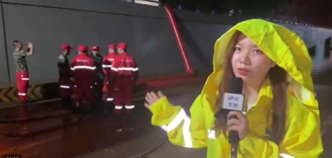 7月22日,湖北广播电视台融媒体中心记者王佳薇在郑州采访当地通宵抢排主干道积水情况。
