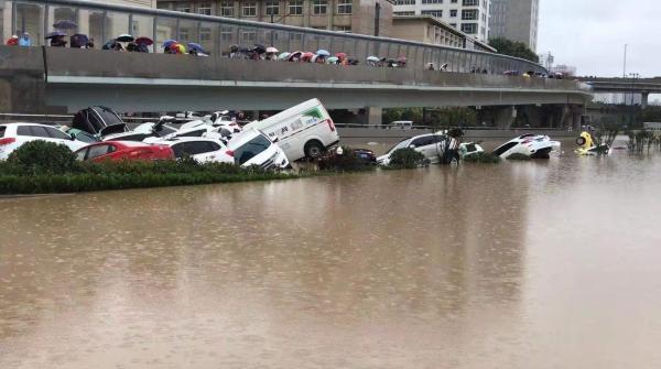 郑州市民王女士7月21日上午9点左右途经陇海路与京广路南隧道附近看到,有多辆车泡在水中。(受访者 提供)