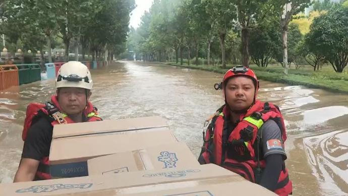 陕西快递哥放下包裹驰援河南,已和队友转移被困群众435人