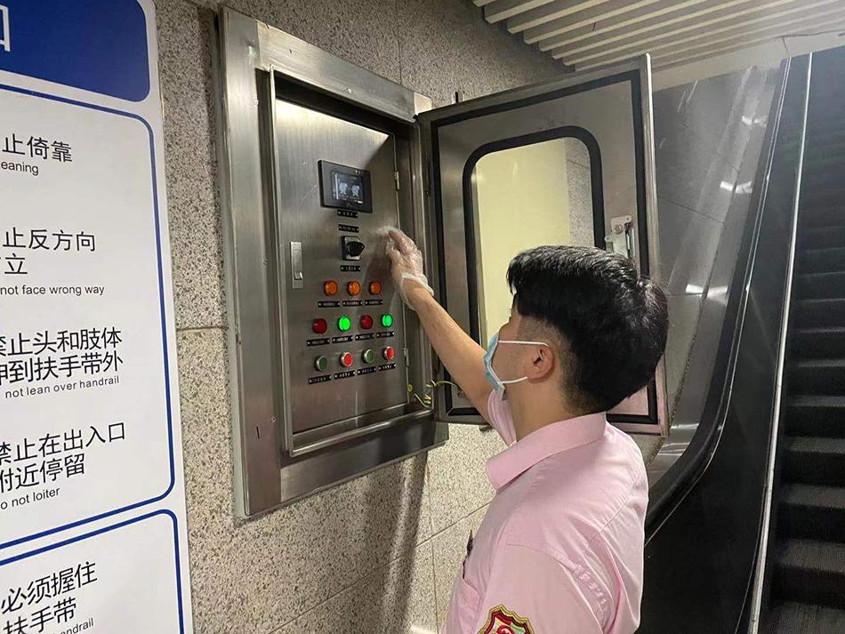 7月23日,静安寺地铁站工作人员检查集水泵是否正常工作。 本文图片均由上海地铁提供