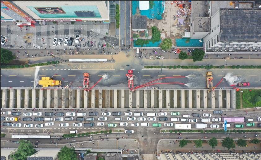 """2021年7月23日11时许,""""龙吸水""""在京广南路隧道口一字排开,全力抽排水,加快隧洞内积水抢险抽排速度。 中国安能供图"""