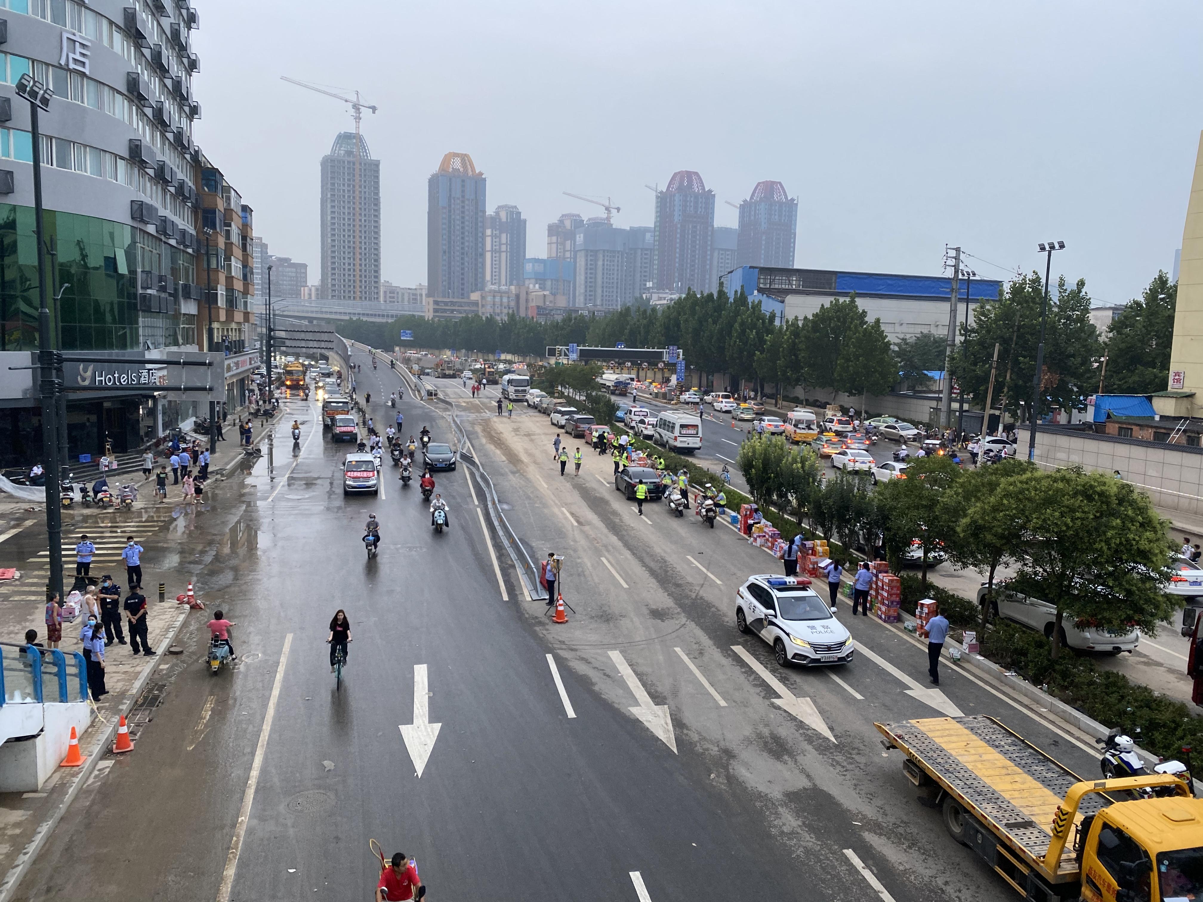 京广北路隧道口处(京广路与陇海路交叉口)救援现场