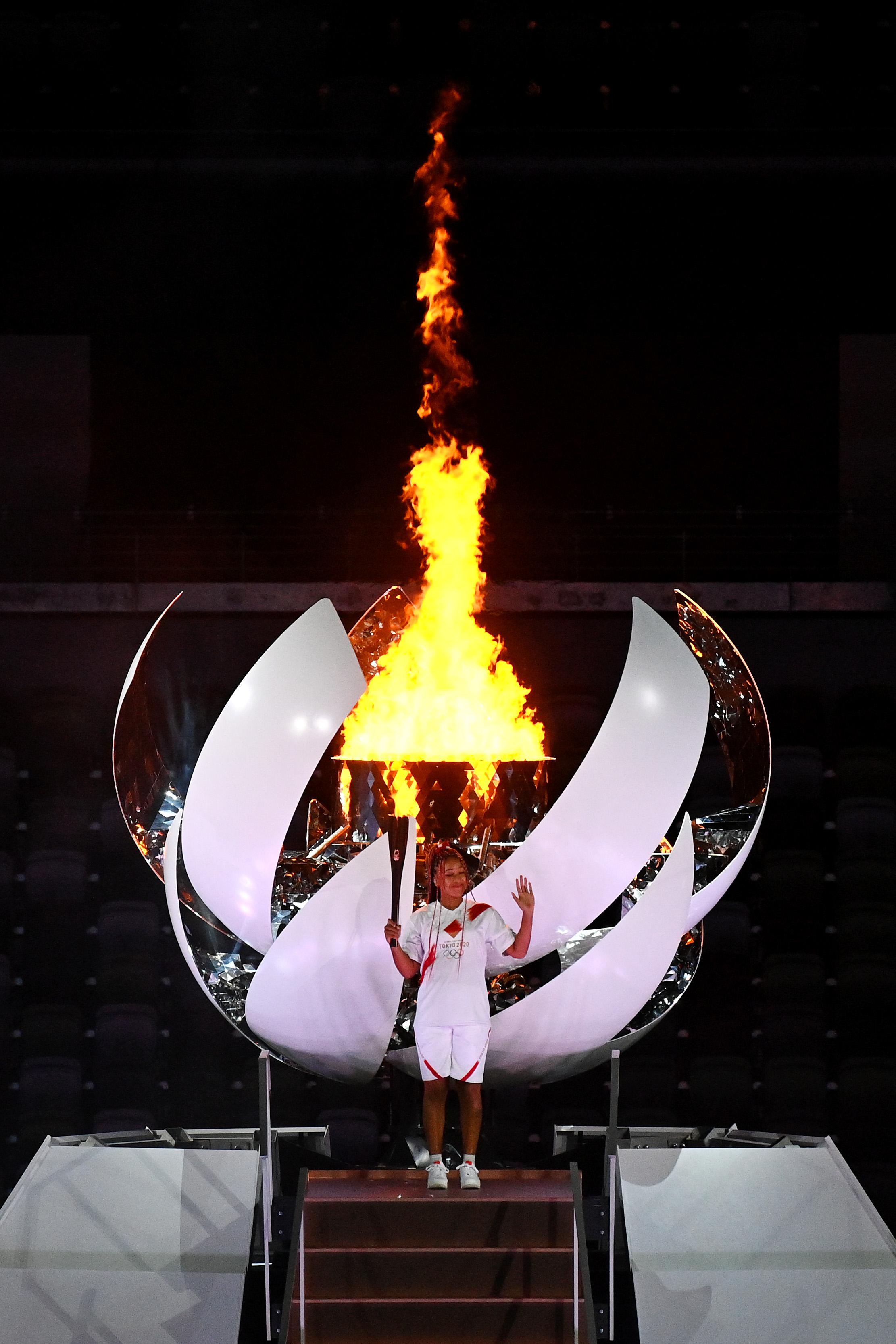 当地时间2021年7月23日,日本东京,2020东京奥运会开幕式。大坂直美点燃奥运会主火炬。