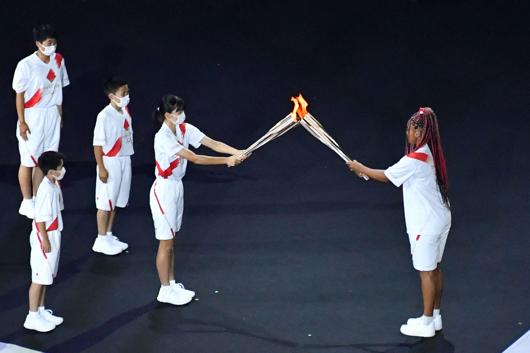 当地时间2021年7月23日,日本东京,2020东京奥运会开幕式。第五棒火炬手由六名日本小朋友组成。