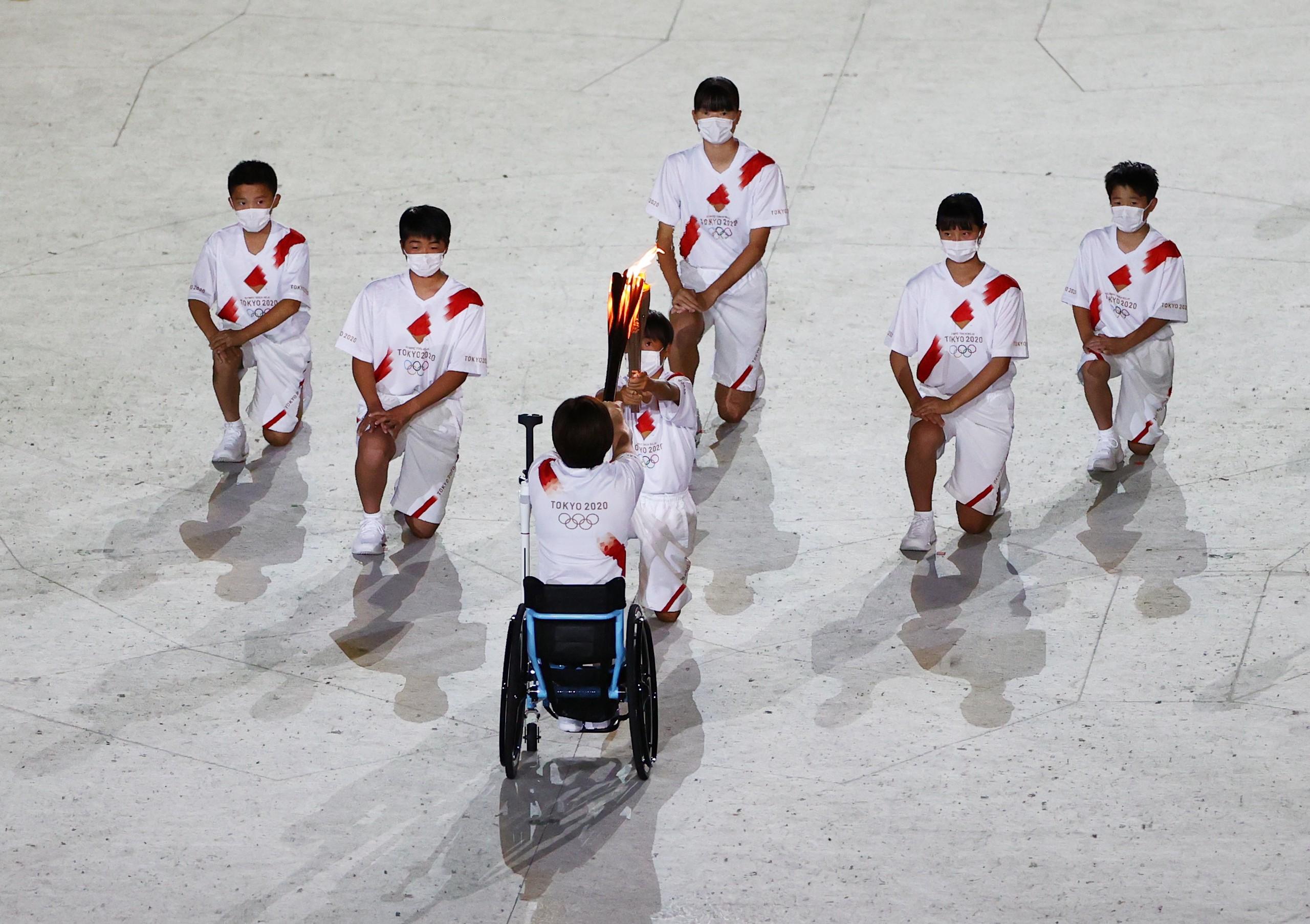 当地时间2021年7月23日,日本东京,2020东京奥运会开幕式。第四棒火炬手是一位残疾人运动员土田和歌子,她在夏季和冬季残奥会上都曾获得金牌。