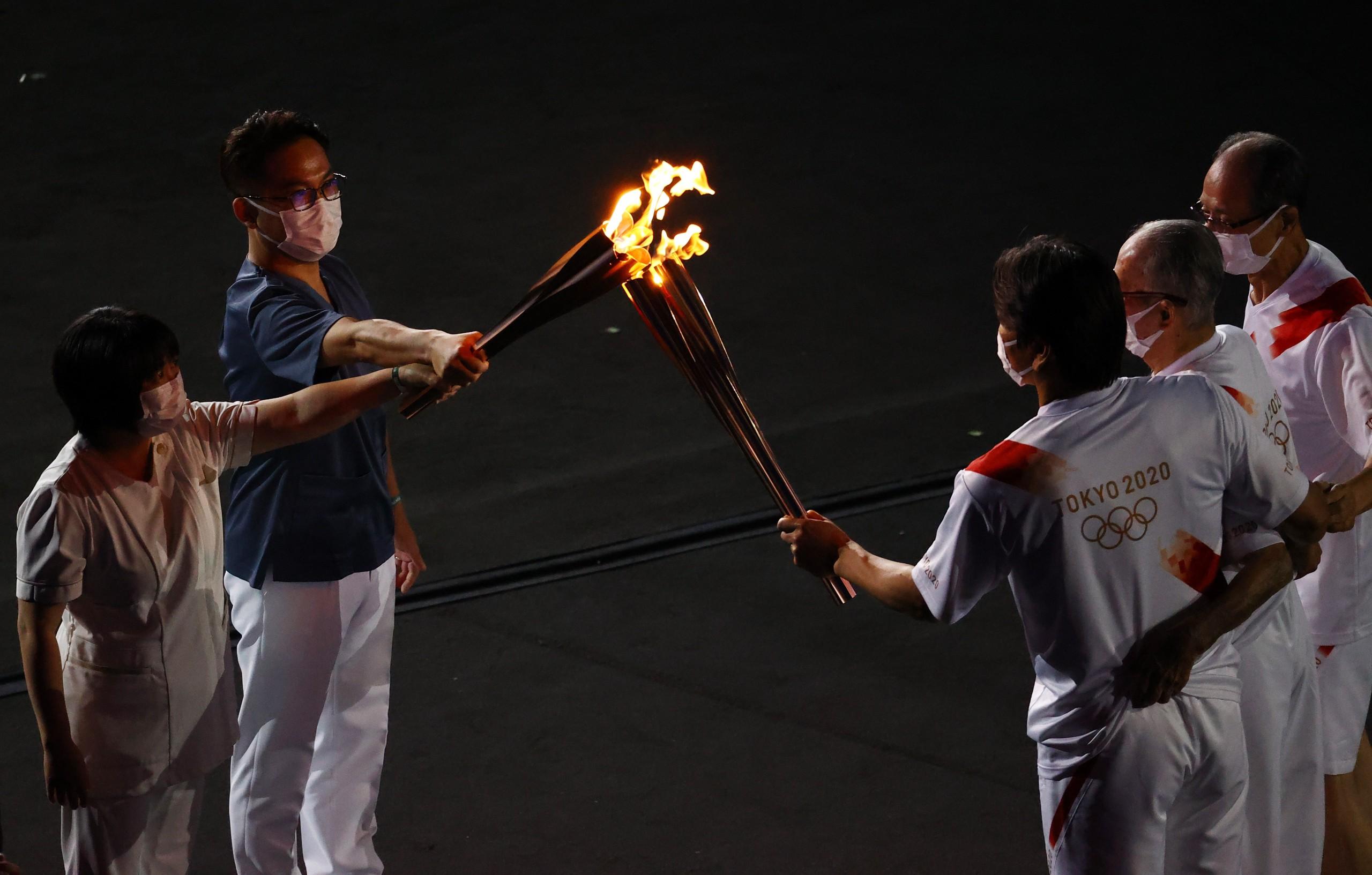 当地时间2021年7月23日,日本东京,2020东京奥运会开幕式。第二棒火炬手是三位著名棒;球运动员,一位是长岛茂雄,另外两位是王贞治和松井秀喜;第三棒火炬手是一位医生和一名护士。