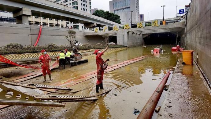 被暴雨淹没的郑州京广路隧道预计今日可完成抽水工作
