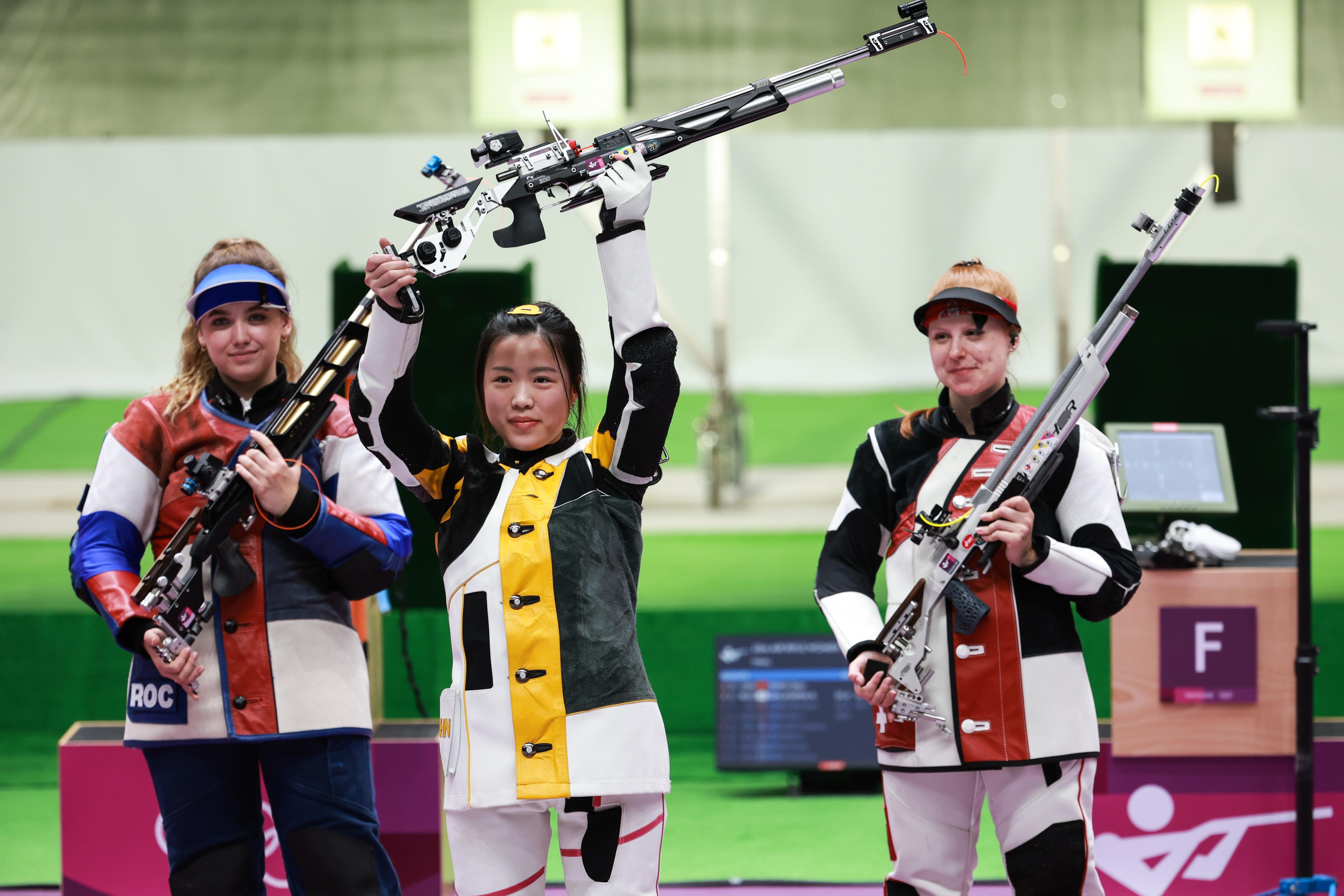 杨倩举枪庆祝。