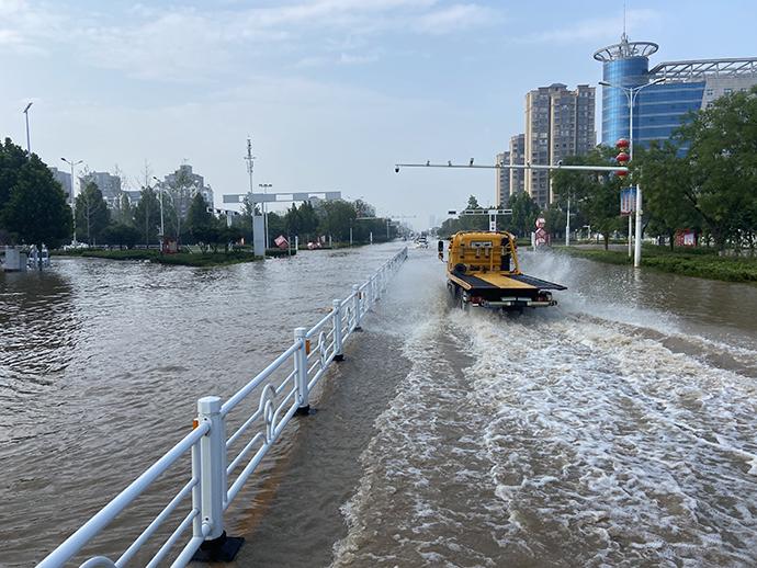 卫辉市内涝严重的一段区域,一辆救援车辆驶过。本文图均来自 澎湃新闻记者 赵思维 摄