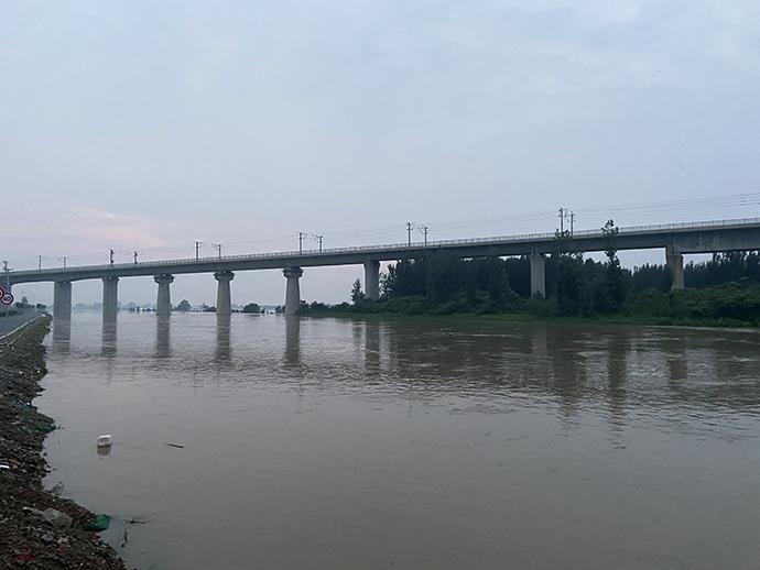 水位不断上涨的卫河,防汛人员严阵以待。