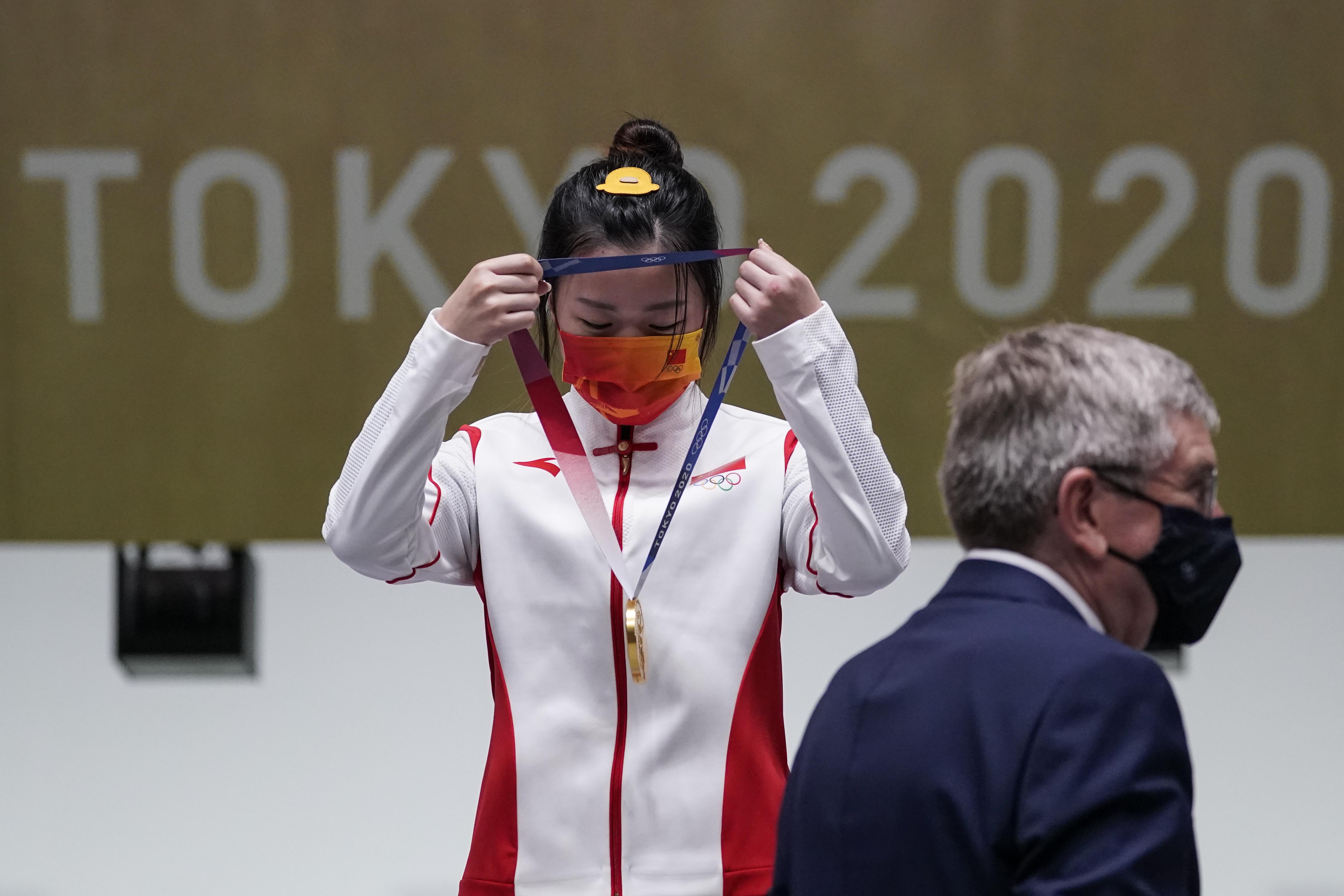 杨倩自己戴上金牌。