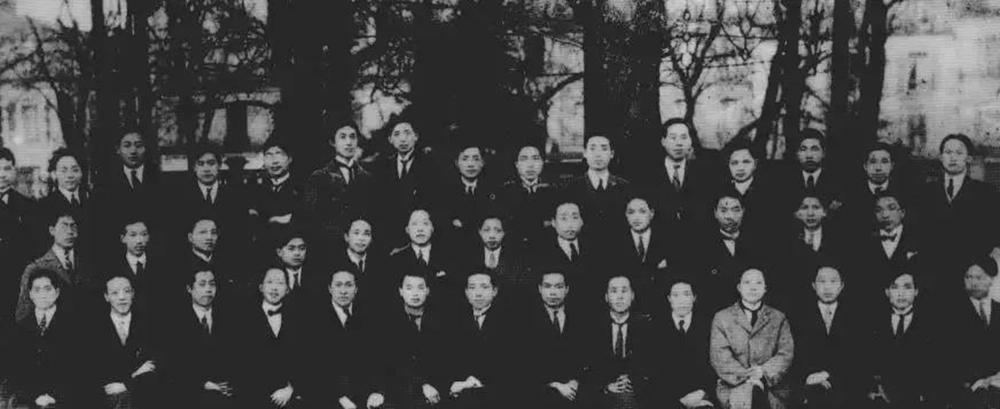 旅欧中国少年党第一次代表大会代表合影。前排左八是陈延年。