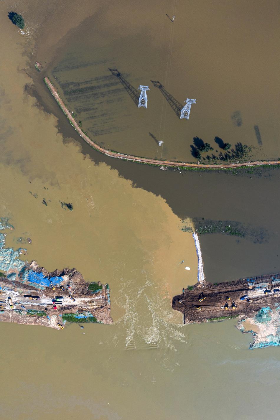 2021年7月24日,河南新乡市卫辉市工业路牧野大桥段共产主义渠出现决口。决口导致河水漫灌至城区。本文图片均为澎湃新闻记者 孙湛 图
