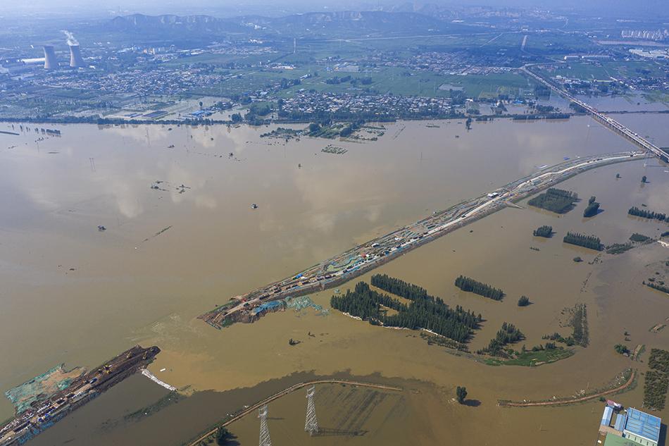 2021年7月24日,河南新乡市卫辉市牧野大桥段共产主义渠,救援队伍在紧急封堵决口。