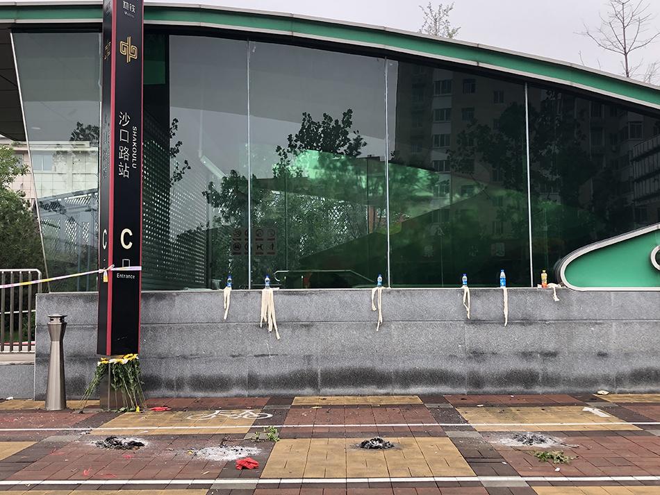 23日中午,部分遇难者家属在地铁五号线沙口路站外祭奠亲人。 除截图外,本文图片均为澎湃新闻记者 卫佳铭 王健 摄