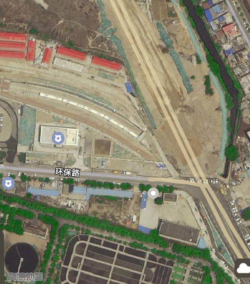 五龙口停车场卫星图,其南侧为一污水处理厂,东侧为污水河。