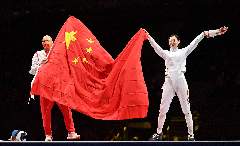 孙一文和教练展示五星红旗。