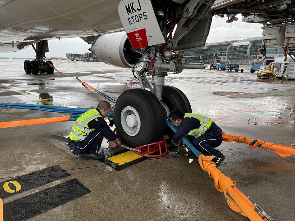 工作人员为飞机安装固定系留装置