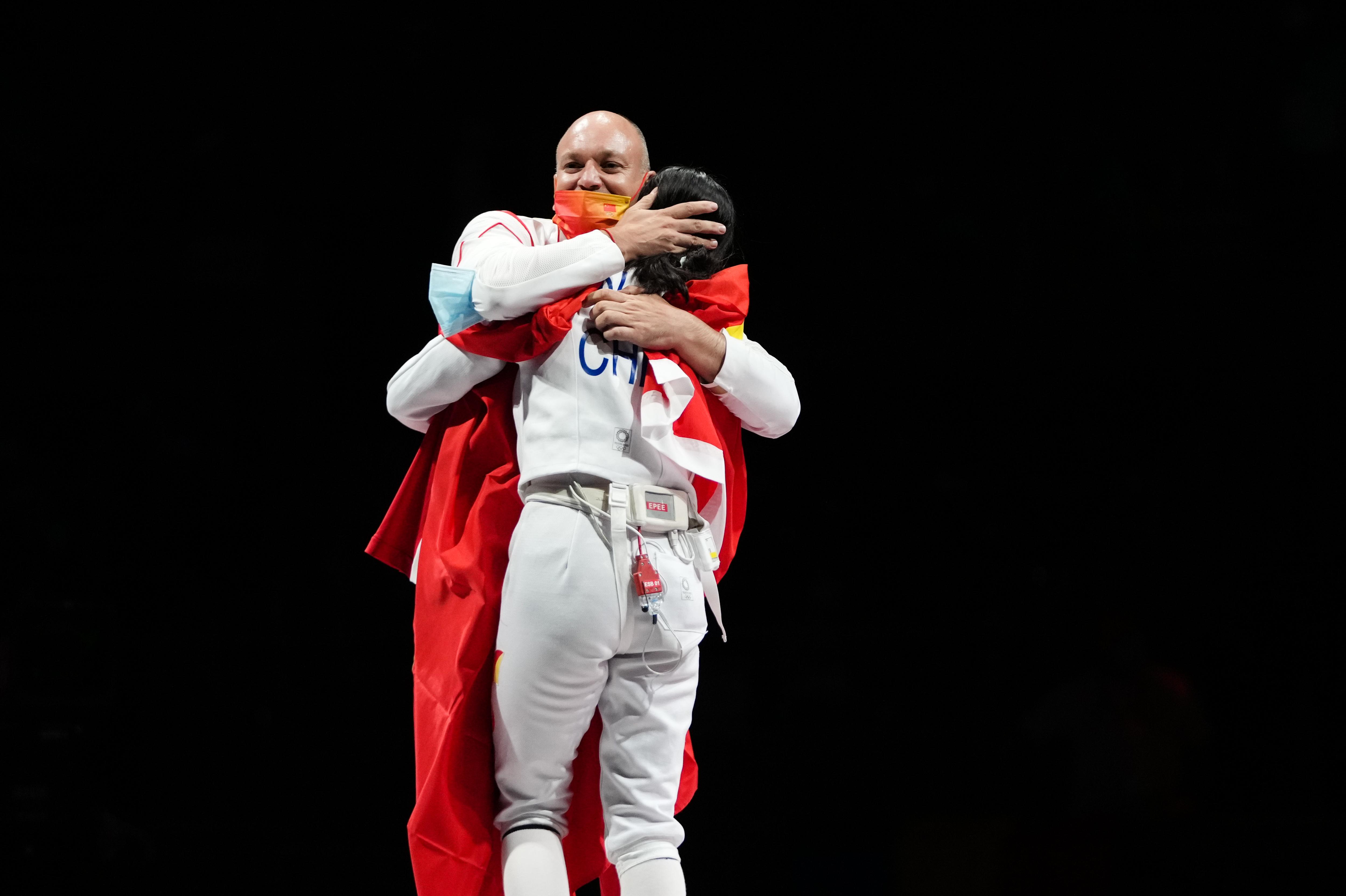 师徒赛后拥抱。