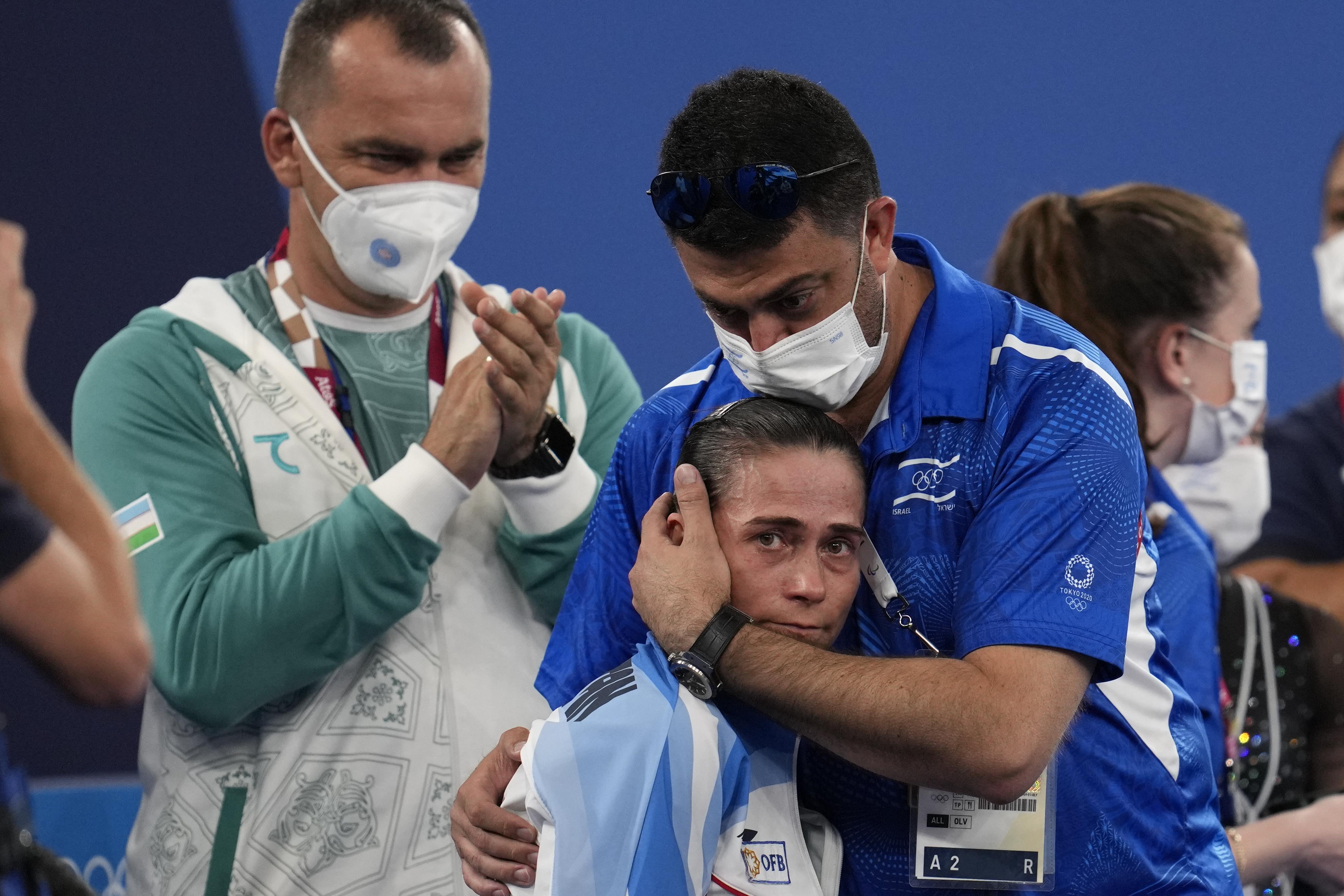 教练拥抱丘索维金娜。