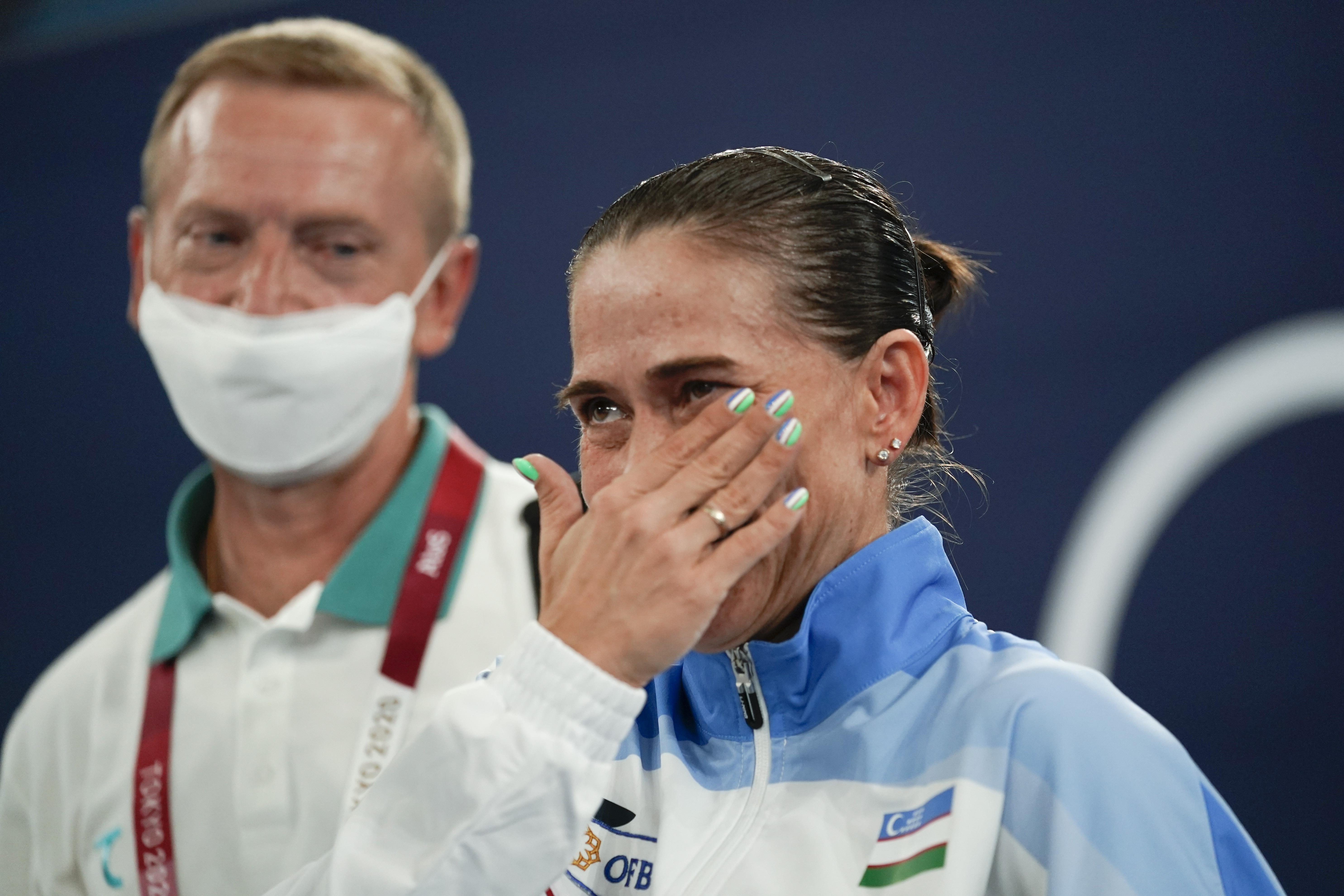 丘索维金娜抹着眼泪。