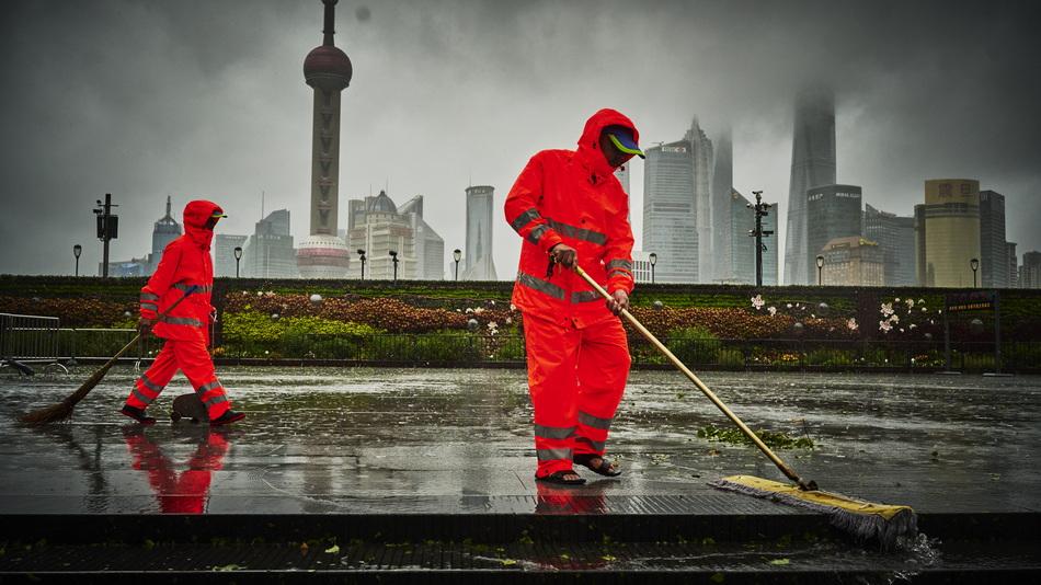 2021年7月25日15时许,外滩观景平台旁清洁工在工作,即时清理落叶等垃圾,确保下水道畅通。