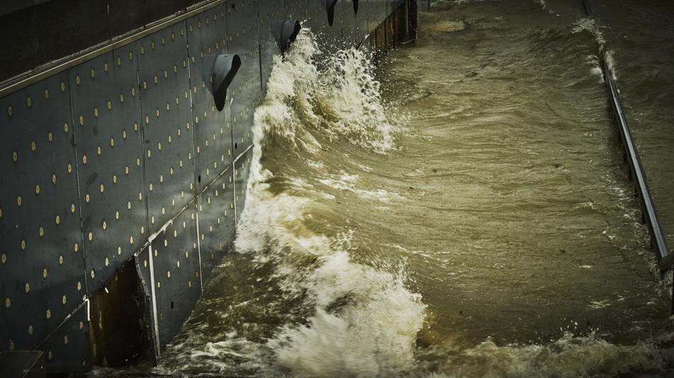 风浪拍打外滩江堤。