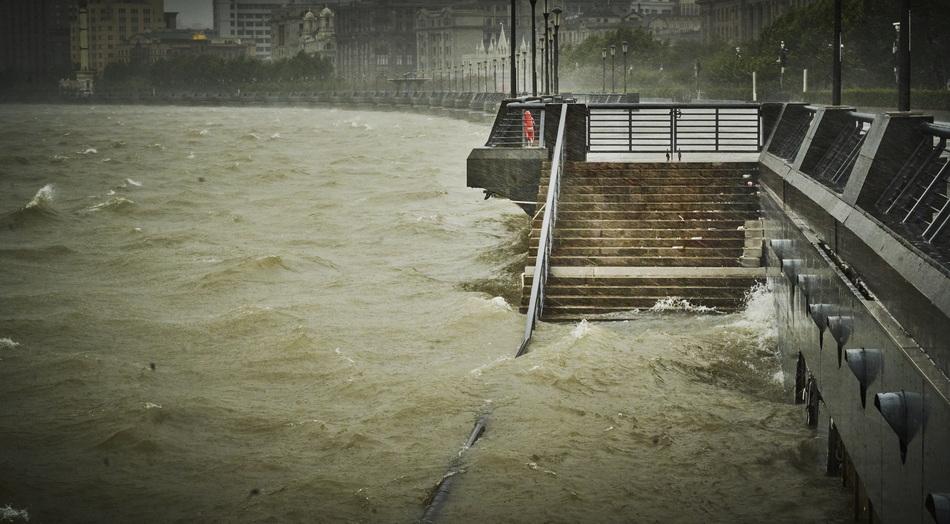 2021年7月25日,黄浦江面上,风浪翻滚着拍打外滩江堤。