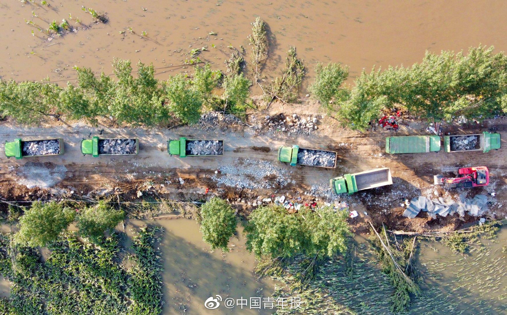 河南浚县新镇的卫河决堤口险情再次升级 本文图片均来自微博@中国青年报