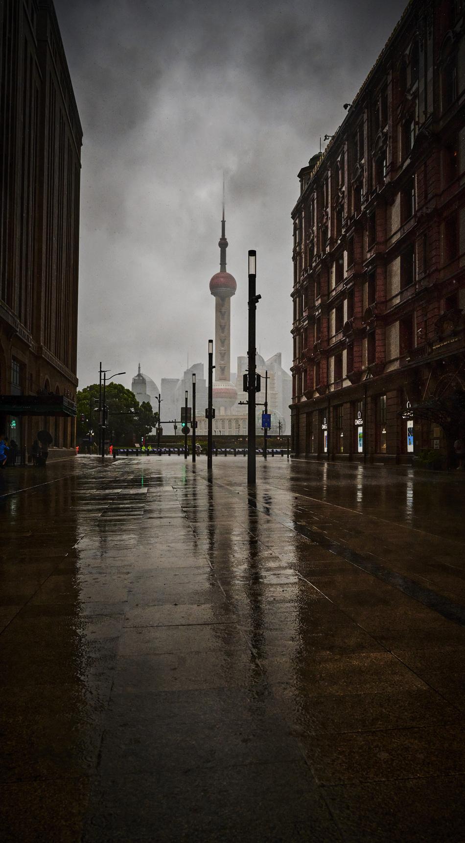 2021年7月25日14时许,台风来临前南京东路外滩步行街。